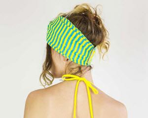 Stirnbänder für Damen: Dame trägt ein schönes Stirnband.